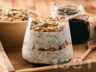 Лесен десерт със семена от чия, кисело мляко, мюсли и сладко от вишни